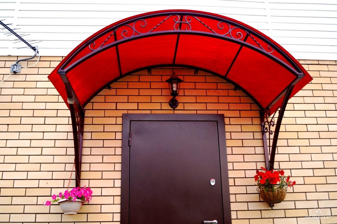 Козырек над дверью с кованными элементами, каркас